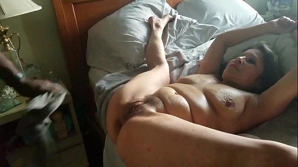 Milf laat dikke paal in haar kont glijden
